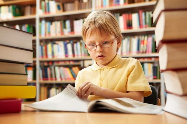 Écolier tourner la page d'un livre