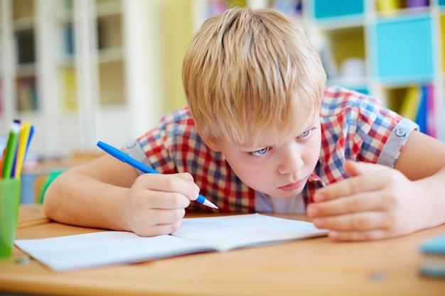 Écolier tricherie lors de l'examen