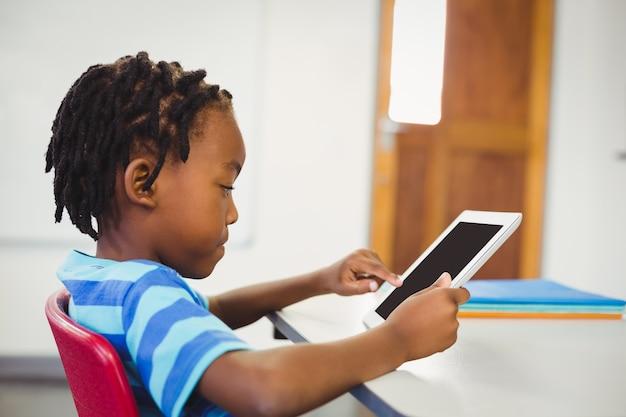 Écolier, utilisation, tablette numérique, dans, classe