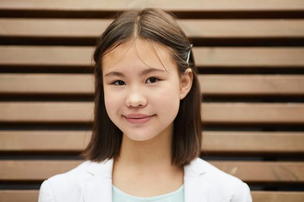 Écolière asiatique à l'extérieur