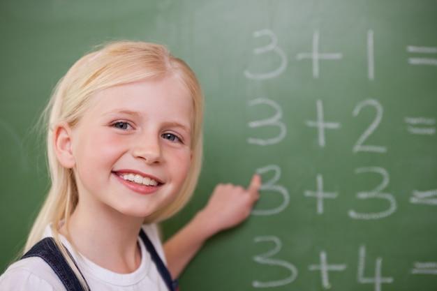 Écolière blonde pointant quelque chose