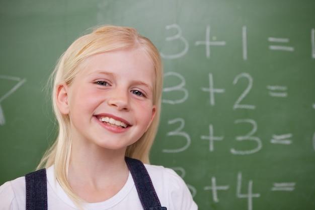 Écolière blonde posant