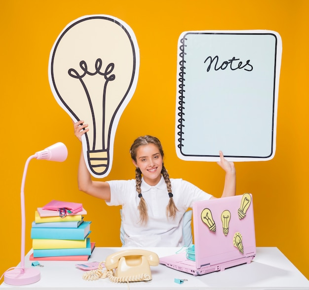 Écolière, bureau, ordinateur portable, style memphis