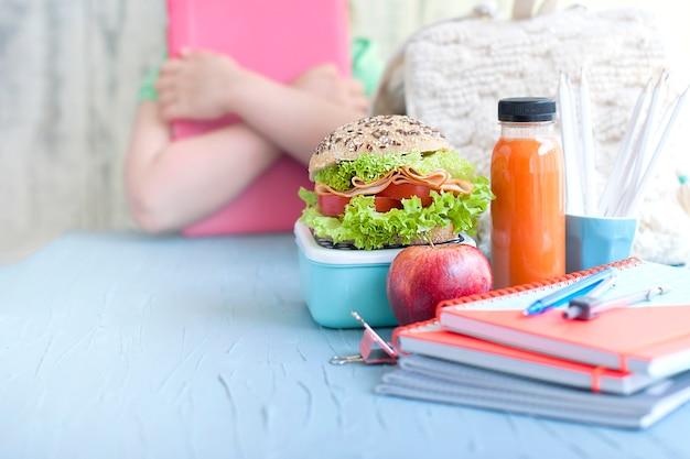 Écolière et déjeuner.