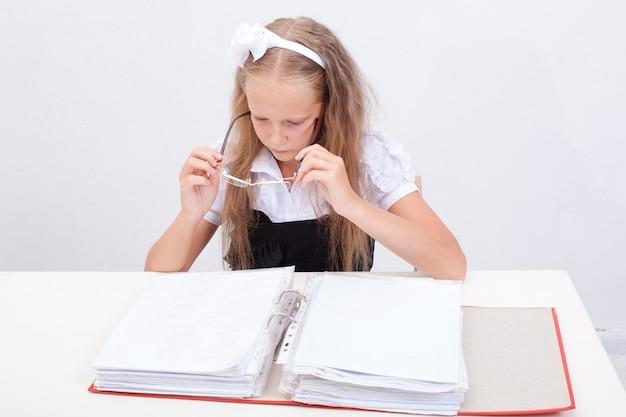Écolière avec dossier