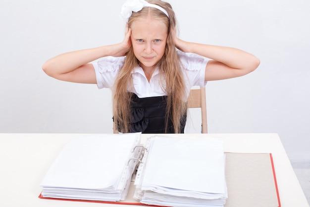 Écolière avec des dossiers