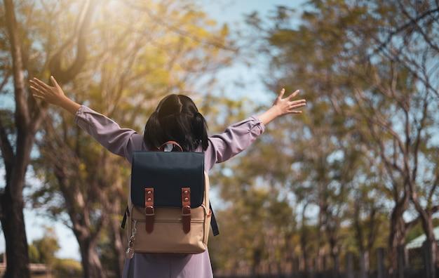 Écolière d'enfant rentrant joyeusement à l'école