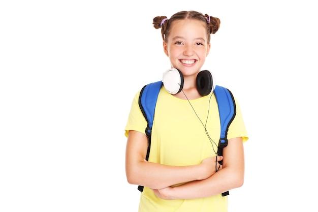 Une écolière heureuse avec des écouteurs