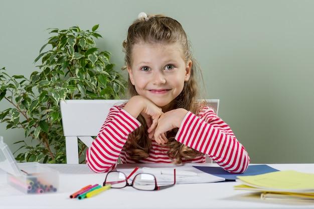 Écolière junior mignonne souriante, dessin