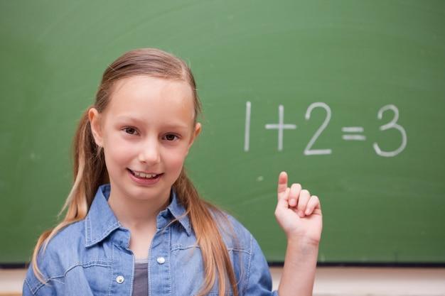 Écolière en levant la main