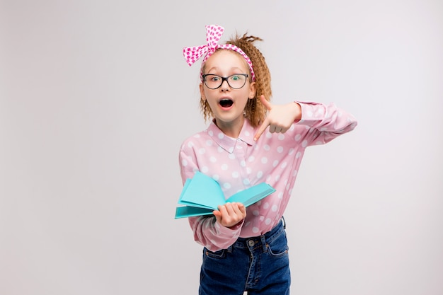 Écolière avec des lunettes avec un livre