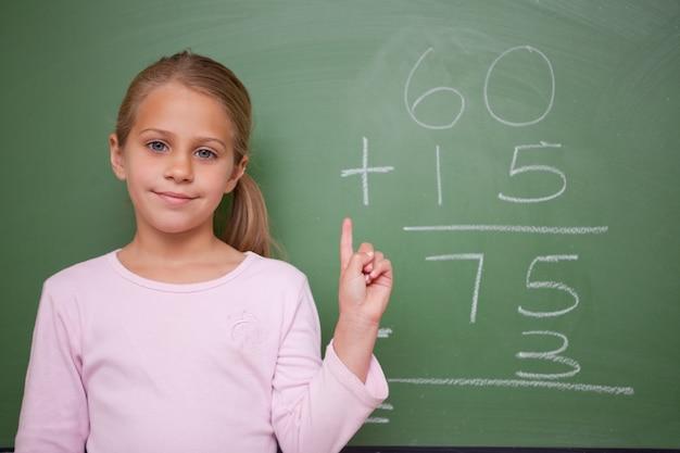 Écolière mignonne levant sa main