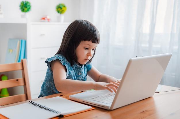Écolière, portable utilisation, chez soi