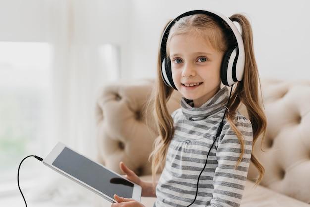 Écolière portant des cours virtuels d'écouteurs