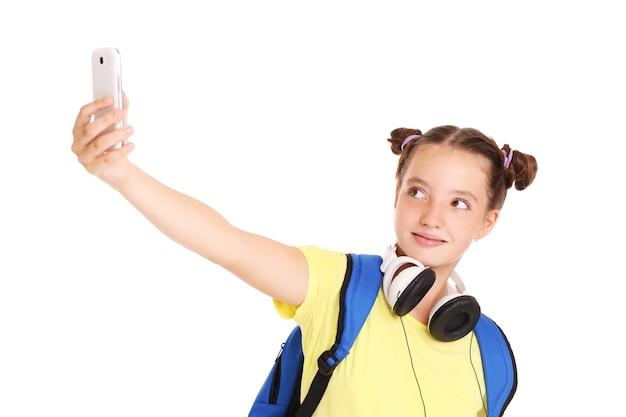 Une écolière prenant des photos avec son smartphone