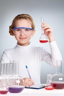 Ecolière sciences jouissant