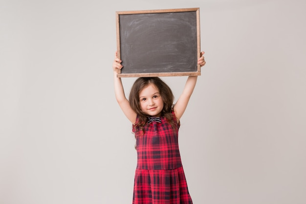 Écolière tenant une commission scolaire