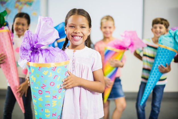 Écolière, tenue, cadeau, dans, classe