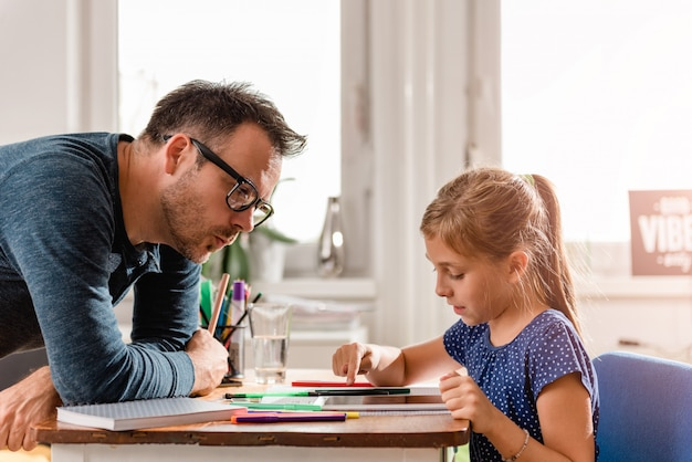 Écolière, utilisation, tablette, finir, devoirs