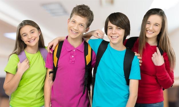 Écoliers amicaux avec le concept de sacs à dos - d'isolement sur le blanc