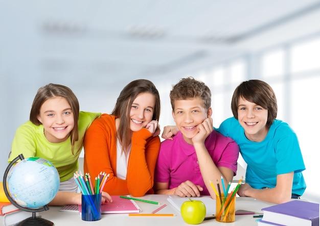 Écoliers amicaux à l'école sur fond