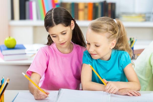 Écoliers amicaux sur fond flou de classe