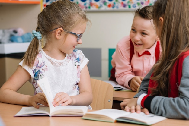 Écoliers assis en classe parlant