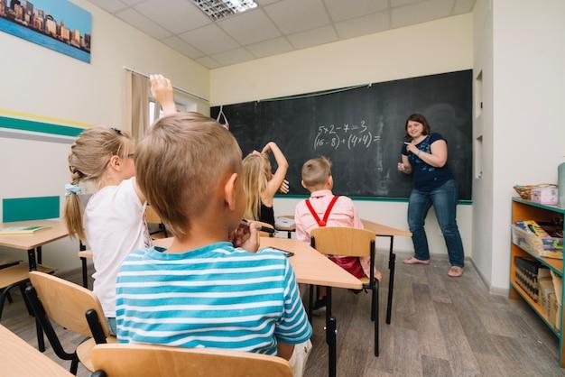 Écoliers assis dans un exercice de résolution de salle de classe