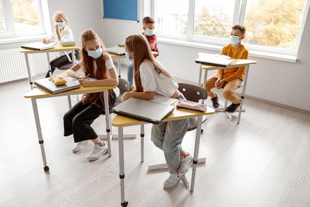 Écoliers avec des cahiers appréciant d'étudier ensemble