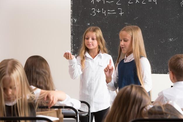 Écoliers en classe à la leçon