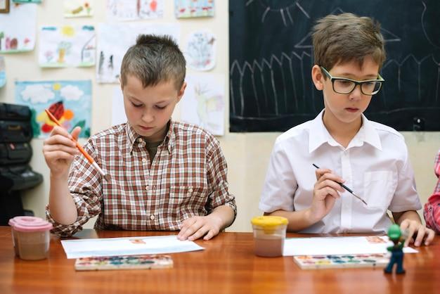 Écoliers dessinant dans la salle de classe