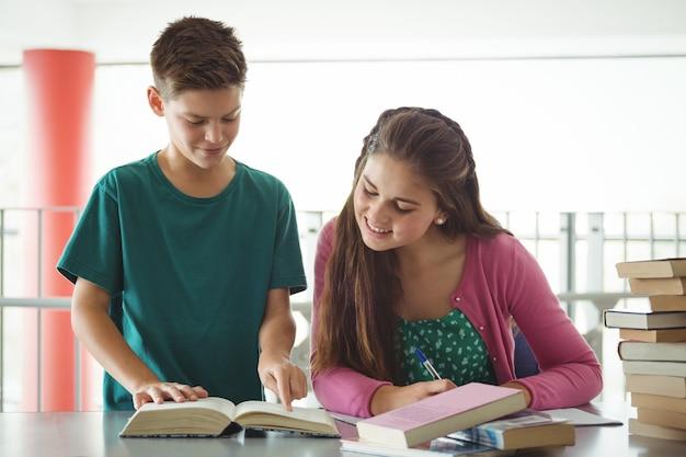 Écoliers, devoirs, bibliothèque, école