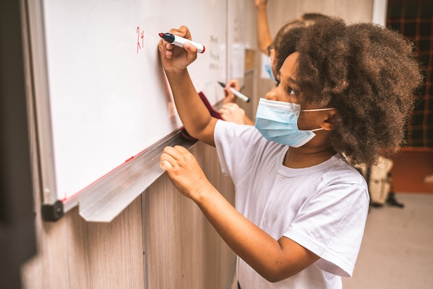 Des écoliers enjoués profitant du temps scolaire et des cours avec l'enseignant et les camarades de classe