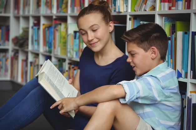 Écoliers, lecture livres, dans, bibliothèque, à, école