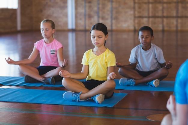 Écoliers, méditer, pendant, classe yoga