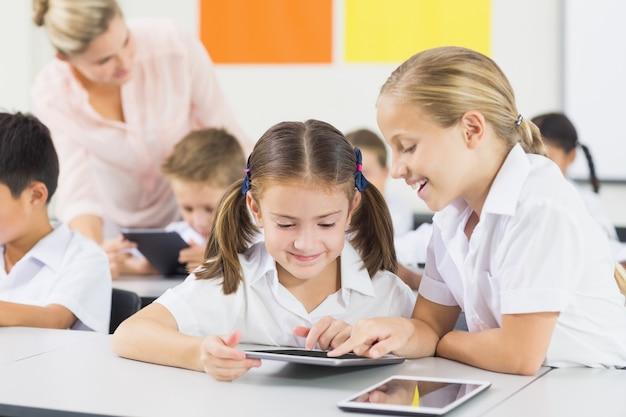 Écoliers, utilisation, tablette numérique, dans, classe