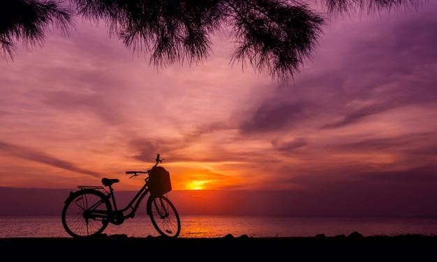 Écologie voyager à vélo, silhouette de vélo parking sur la plage