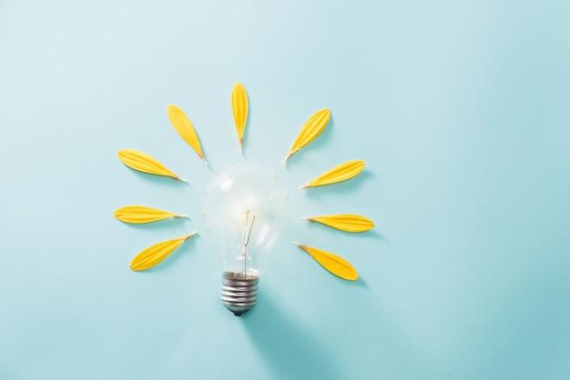 Économie d'énergie avec ampoule sur fond bleu