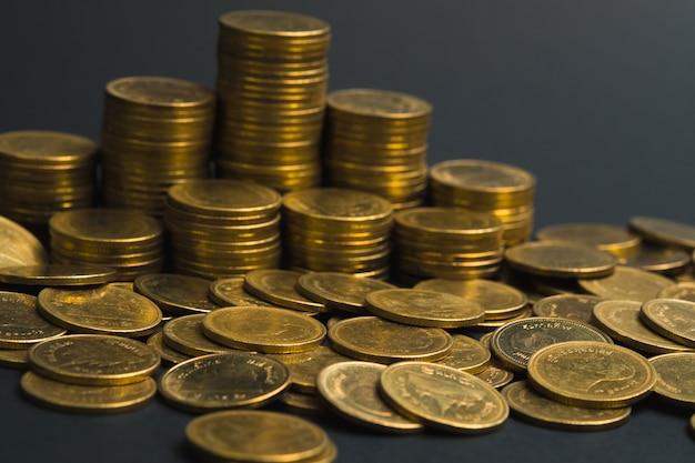 Économies, augmentation des colonnes de pièces, des piles de pièces disposées sous forme de graphique dans une pièce sombre, concept bancaire commercial.