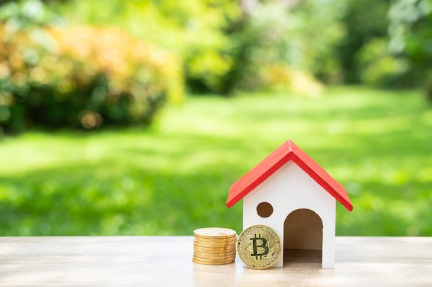 Économiser de l'argent et bitcoin de l'entreprise en ligne pour acheter une maison dans le futur