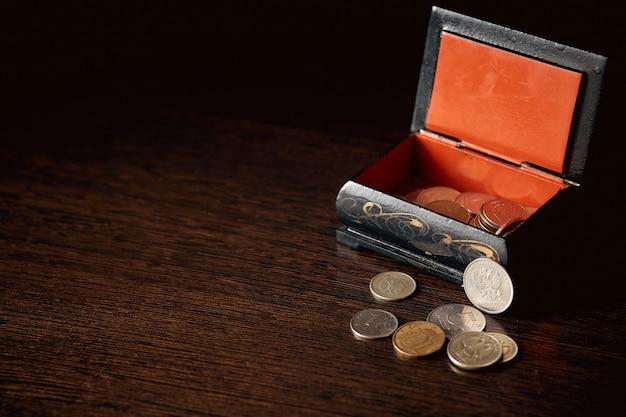 Économiser de l'argent, concept d'entreprise. pièces de monnaie sur la table près de la boîte.
