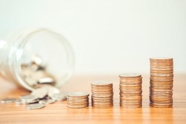 Économiser de l'argent concept de pile de pièce de monnaie