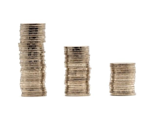 Économiser de l'argent concept avec pile de pièces d'argent isolé sur fond blanc.
