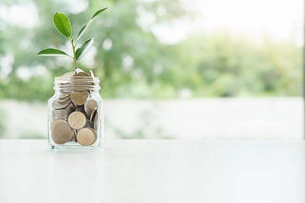Économiser de l'argent pour investir dans une maison ou une propriété à l'avenir.