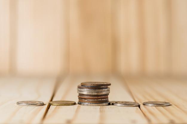 Économisez de l'argent et des comptes bancaires pour le concept financier, pile de pièces en bouteille sur fond flou