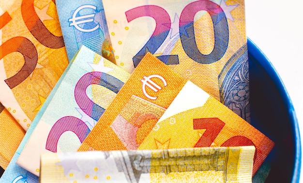 Économisez de l'argent euro eur billets en euros à l'intérieur d'une penny bank isolated on white