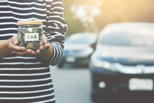 Économisez de l'argent pour acheter une nouvelle voiture.