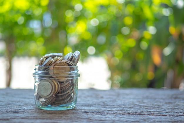 Économisez de l'argent pour l'argent du concept d'investissement dans le verre