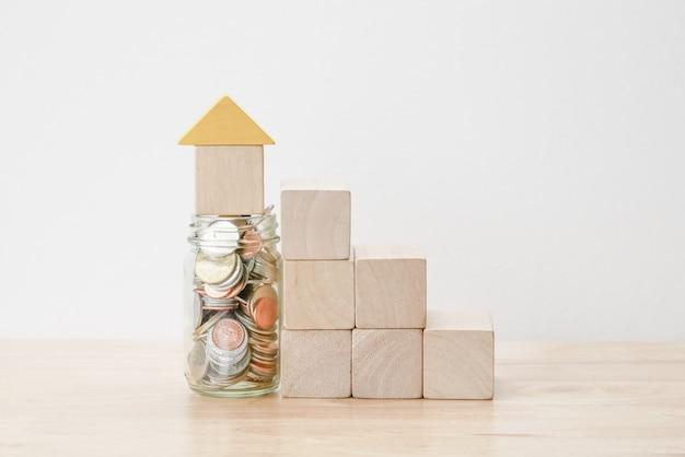Économisez de l'argent pour le concept de prêt hypothécaire à l'investissement de wood block house