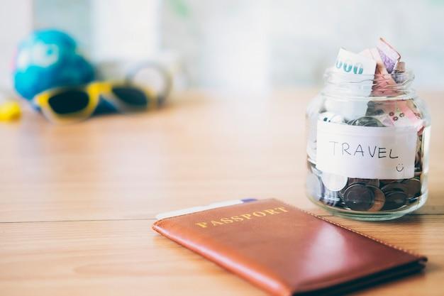 Économisez de l'argent pour les voyages. concept financier et économiser de l'argent.